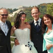 Brautpaar mit leiblichen Elternteilen